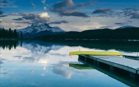 カヌーに乗って眺める青木湖の景色