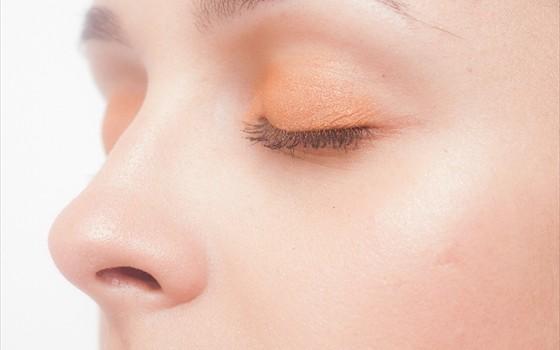 寝ている時に半分だけ目が開いてしまう人の原因とは?